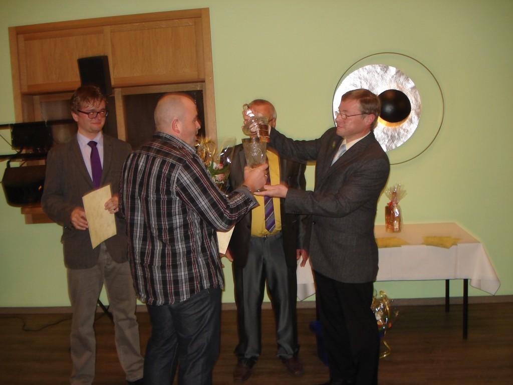 Foto: Übergabe des Siegerpokals an Danilo Wichmann durch den Vorstand.