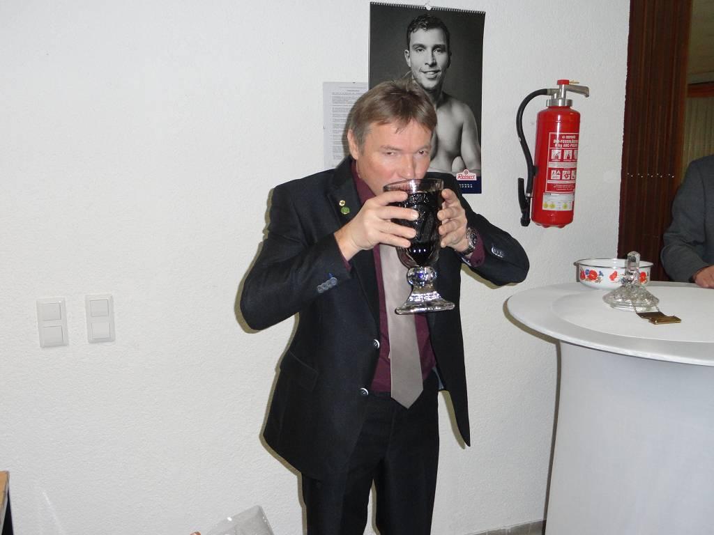 Traditionelles Schnaps-Trinken aus dem Siegerpokal