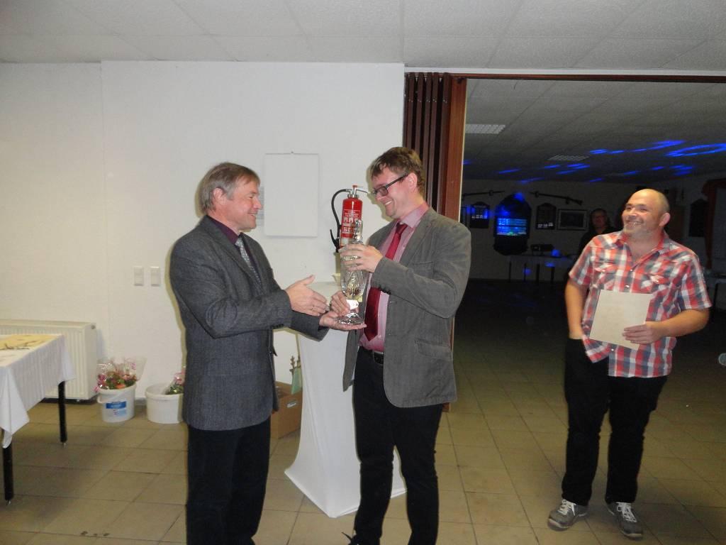 Übergabe des Vereinsmeisterpokals von Titelverteidiger Andreas Wurst an den neuen Vereinsmeister Martin Appelt